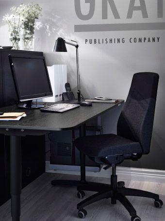 Arbeitsbereich U A Mit VOLMAR Drehstuhl Bezug Sonnebo Dunkelgrau Und BEKANT Sitz Stehschreibtisch In Schwarzbraun Schwarz