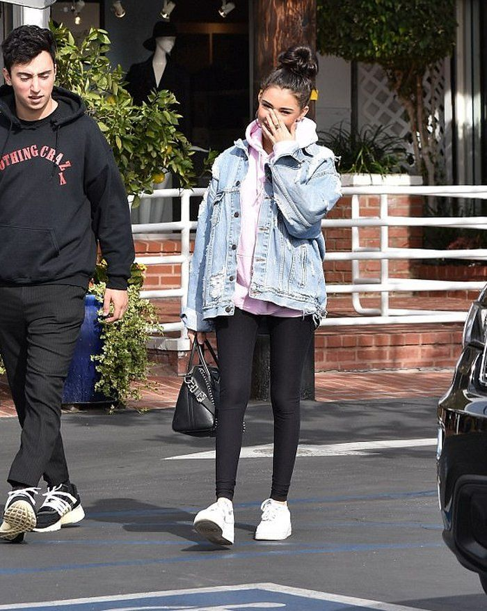 Madison Beer Rocks An Oversized Denim Jacket Madison Beer Rocks an Oversized Denim Jacket Woman Denim Jacket oversized denim jacket hoodie womans