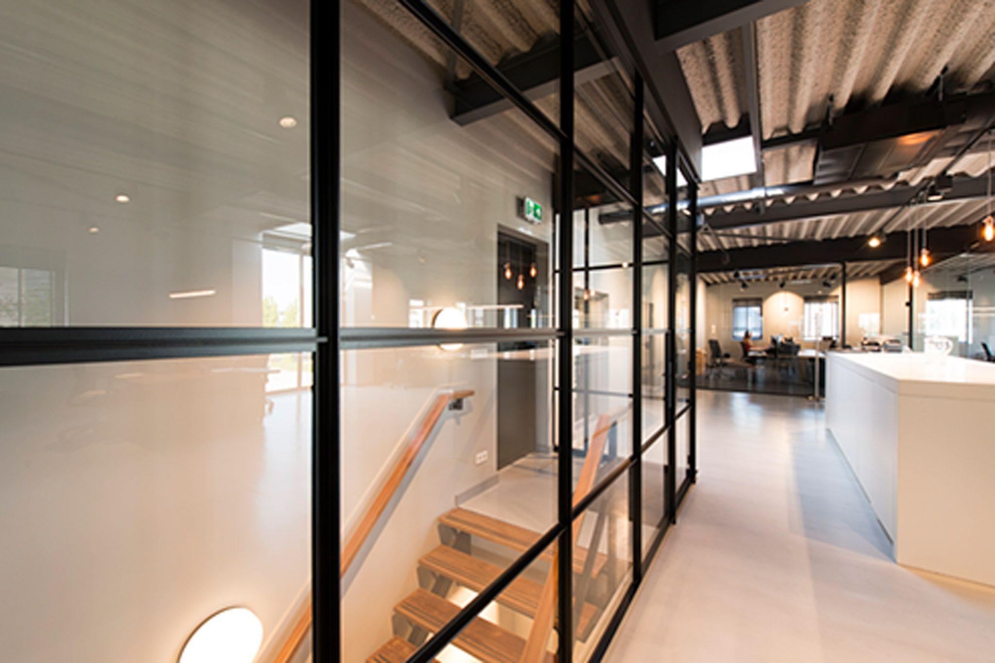 in dit kantoorpand in barendrecht fungeert de vintage gewoongers pui als afsluiting voor het trapgat