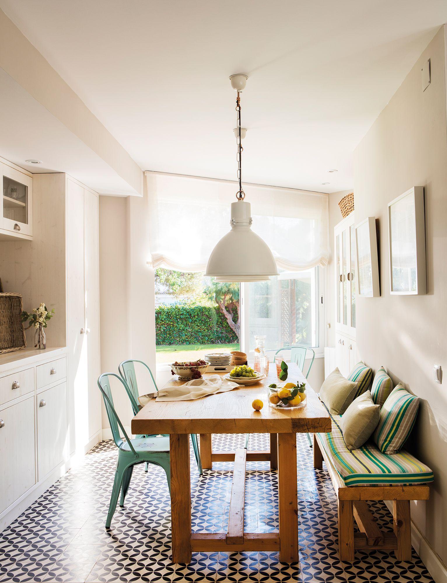 Office abierto a la cocina en blanco con mesa de madera y banco y ...