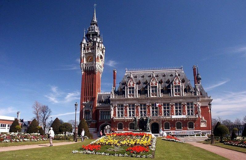 Calais : l'Hotel de ville,de style Néo-flamand a été construit de 1912 à 1925  (architecte Louis Debrouwer). En 2005, Calais voit son beffroi  inscrit au patrimoine mondial de l'humanité, comme 22 autres villes des régions Nord/Pas de Calais et Somme. La hauteur du beffroi est de 75 mètres.