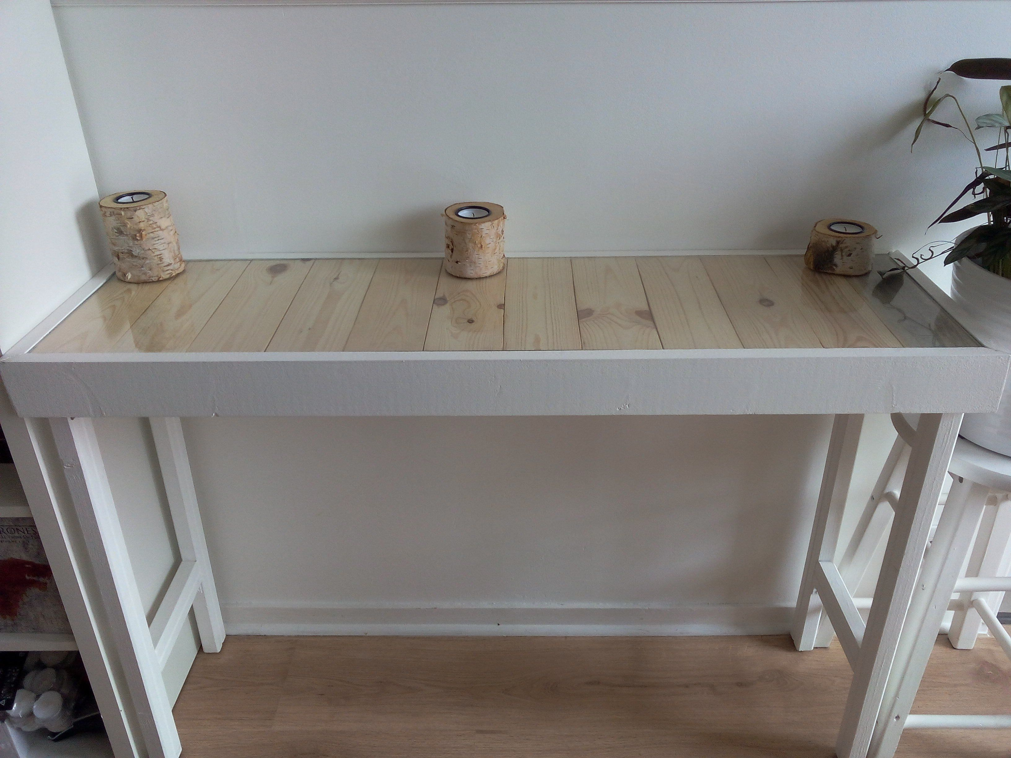 #Console, #Drawer, #Entance, #Hallway, #PalletTable, #RepurposedPallet, #Secret I made this modern entry table adding white color, but keeping the wooden top. I also added a secret drawer! Console de salon blanche, plateau brut, tiroir secret.