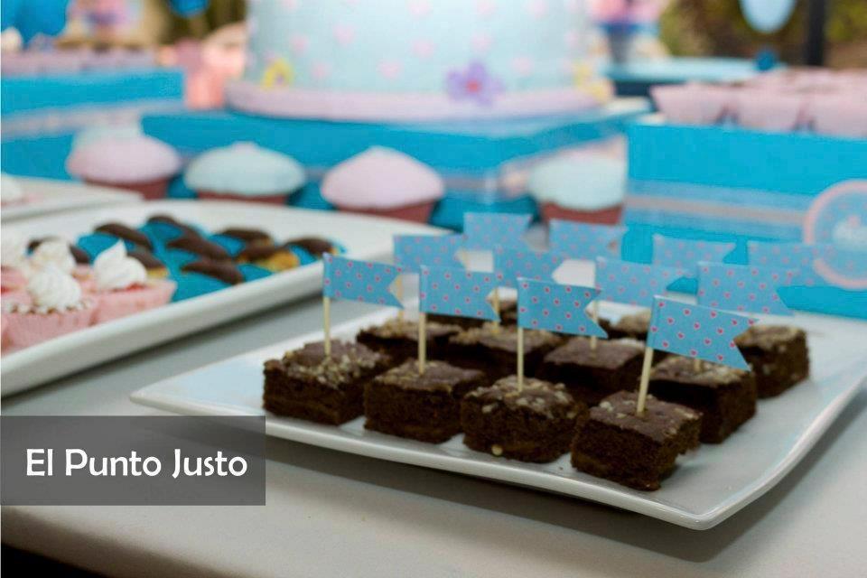 idea para presentar brownies en mesa buffet (con banderita)