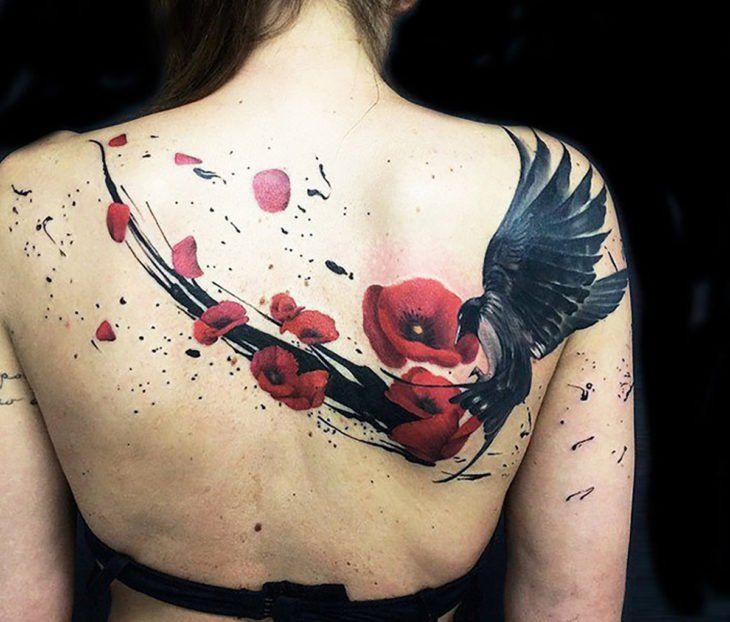 Tatuaje De Cuervo Y Flores En La Espalda De Una Chica Tatuajes De Aves Tatuajes Rojos Tatuaje De Cuervo