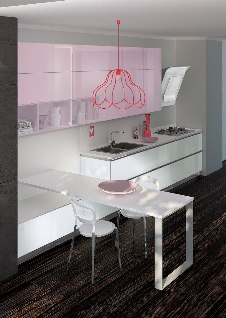 Il colore #rosa dei pensili personalizza questa composizione di Tetrix, la coloratissima #cucina di Scavolini: il lavello a filo del piano in laminato colore White Rock, finitura Wraky, e la modernissima cappa accentuano rigore e razionalità