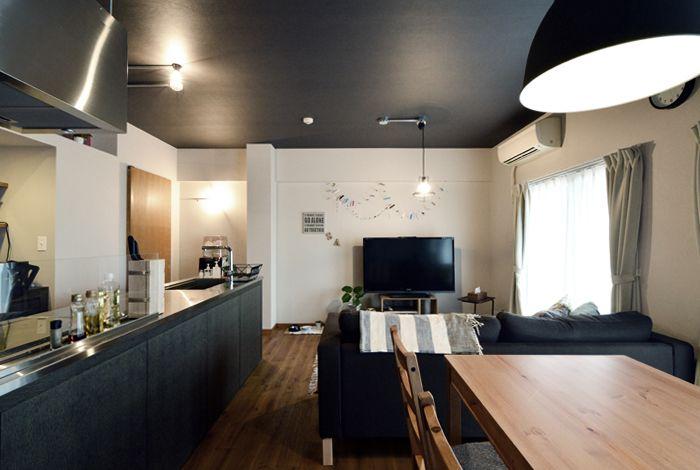 照明器具はすべて黒で統一し コンクリート風クロスを使用し カッコ