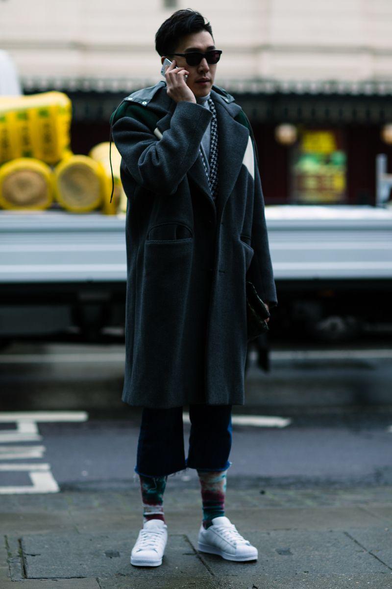 A semana de moda masculina de Londres, London Collections: Men aconteceu de 8 a 11 de Janeiro na capital britânica. Marcas como Burberry , Coach , J.W. Anderson e Craig Green apresentaram suas apostas para o Inverno 2016/2017. O inverno deu as caras no Hemisfério Norte e inspirou produções descoladas para o frio, com ótimas jaquetas em looks mais contemporâneos, e trench coats em tons neutros nos looks mais clássicos. Confira na galeria uma seleção dos melhores looks de streetstyle que...