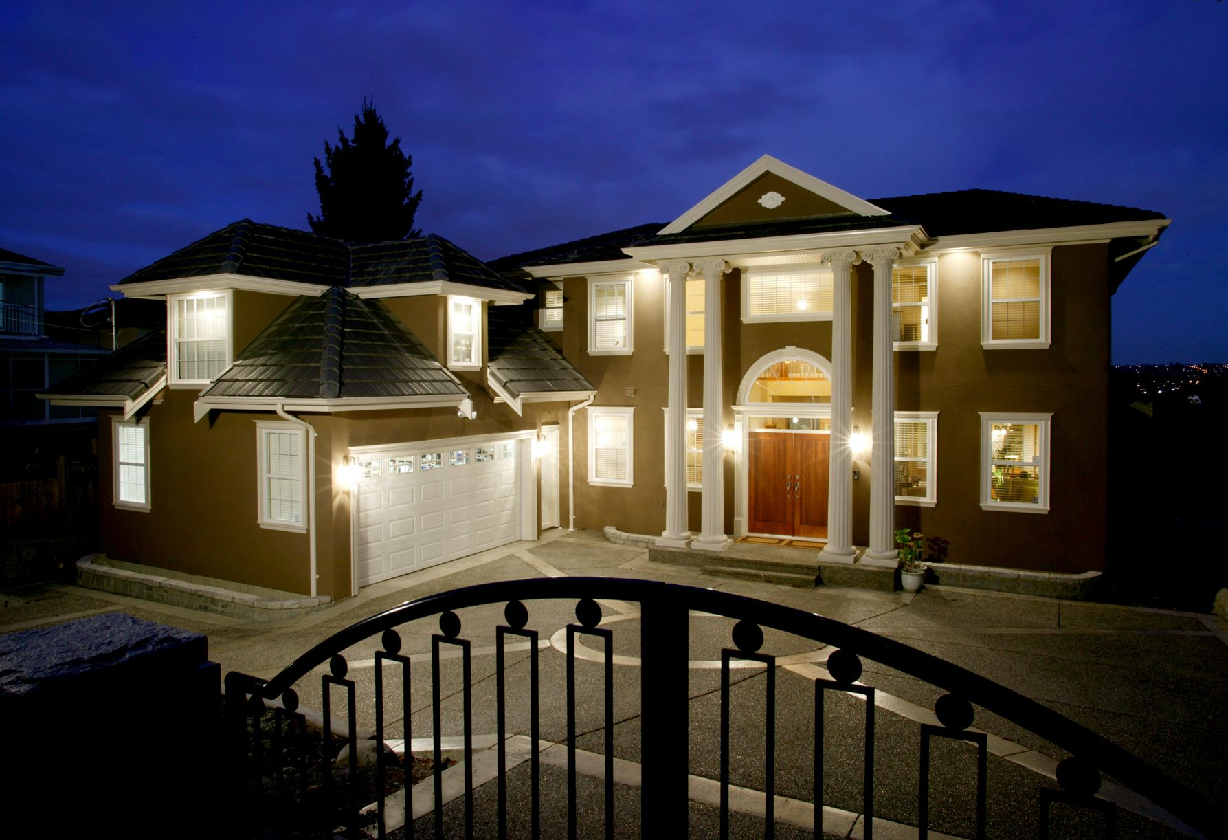 Aluminum Vinyl Or Natural Siding Pros And Cons Traditional Home Exteriors Exterior Lighting Design Modern Exterior Lighting