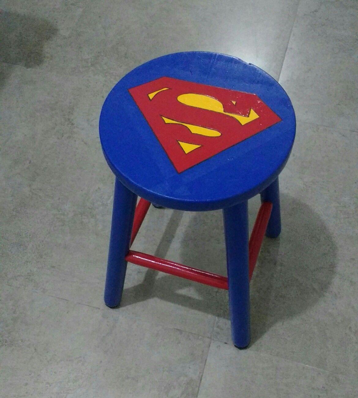 Customização banco de madeira com as cores e o logo do Superman