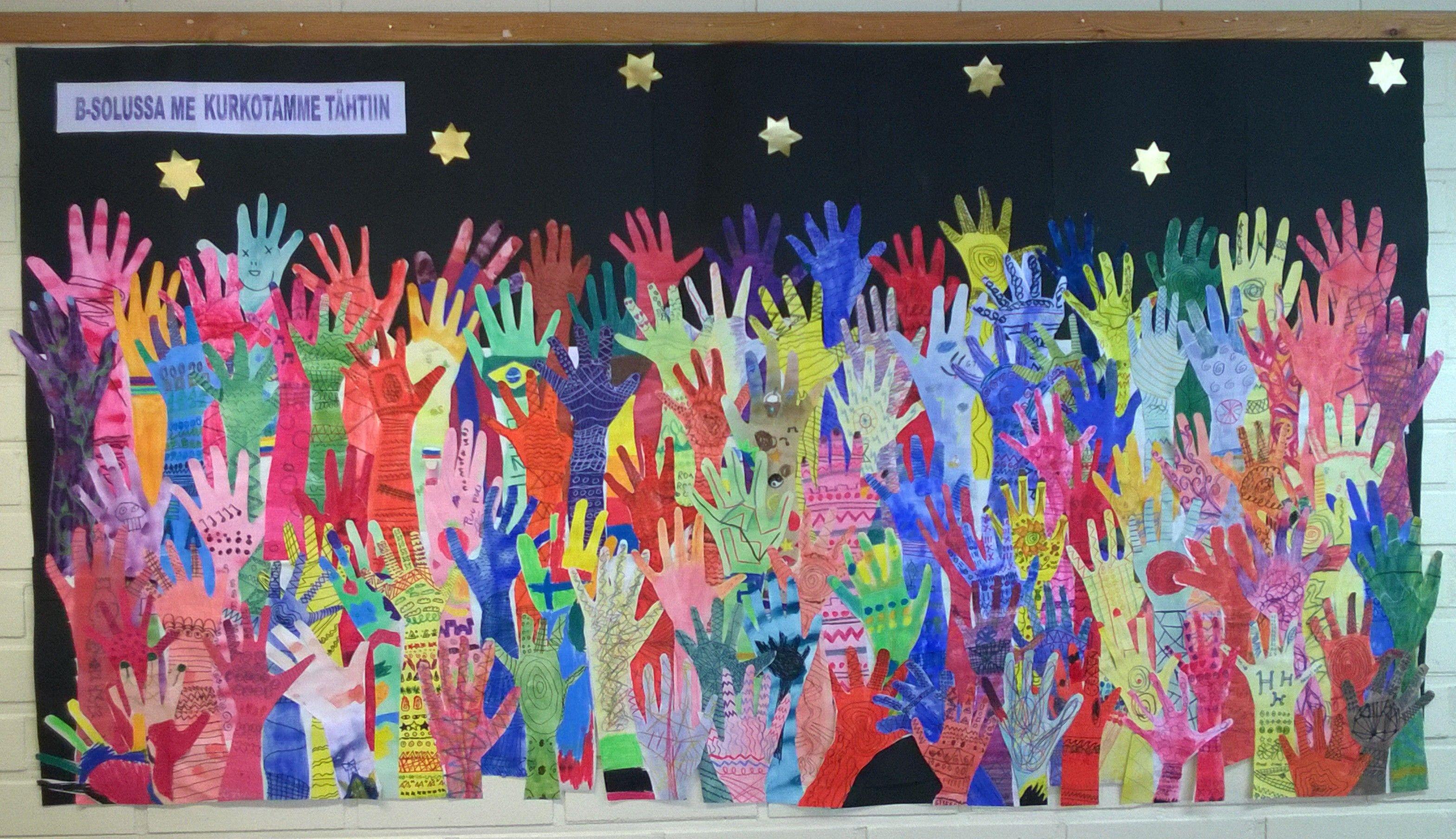 Yhteisprojekti 3-6 luokkien kesken. Jokainen teki oman käden, lopuksi se koristeltiin ornamentein käyttäen tusseja.