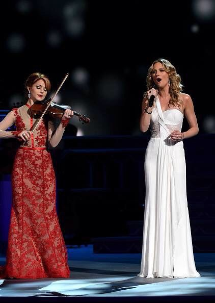 Cma Christmas Special 2019.Lindsey Stirling In Cma 2015 Country Christmas Show