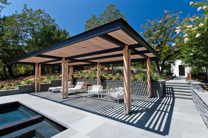 Pergola bois et aluminium moderne et chaises longues près de la ...