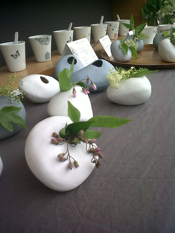 Petit vase galet en porcelaine blanc handmade white for Petit galet blanc