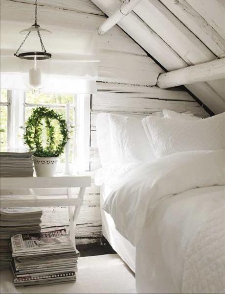 shabby chic hálószoba tetőtérben fehér festett gerendák ...