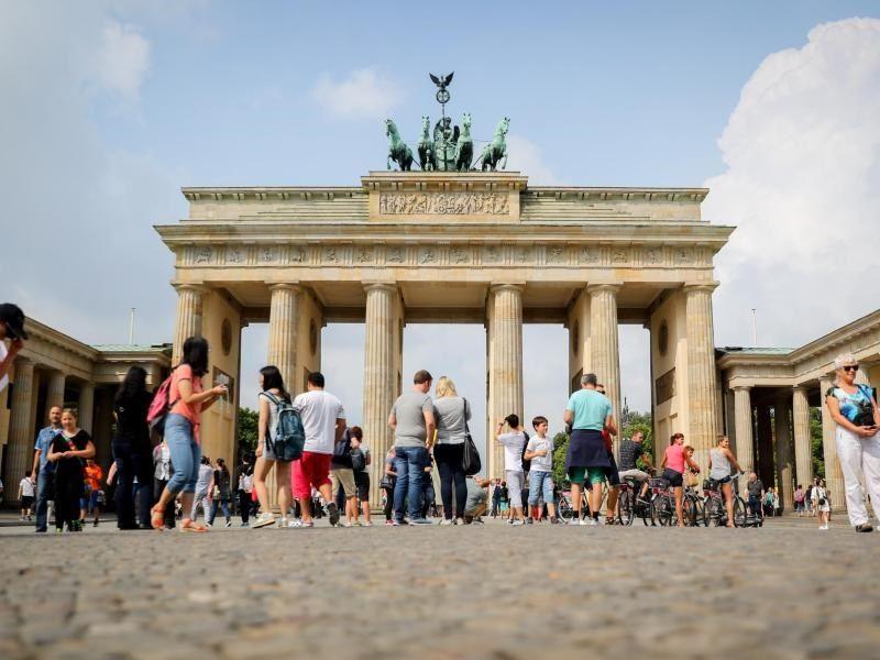 Touristen Stehen Vor Dem Brandenburger Tor In Berlin Das Statistische Bundesamt Informiert Uber Die Entwicklung Des Tourismus In D Tourismus Reisen Reiseziele