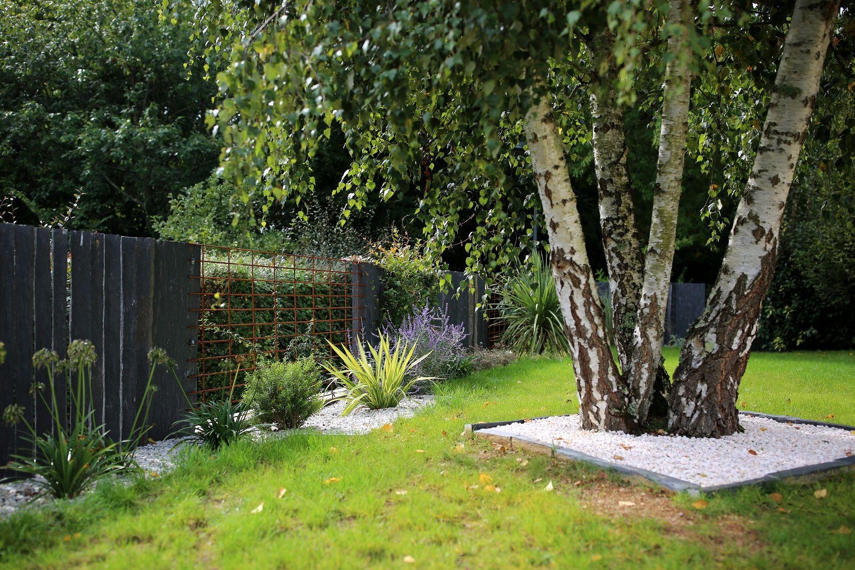 Petite Cloture De Jardin Blanche massif délimité par une bordure acier clôture en piquet de