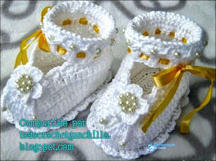 patrn de patucos tejidos con ganchillo con detalles de cintas