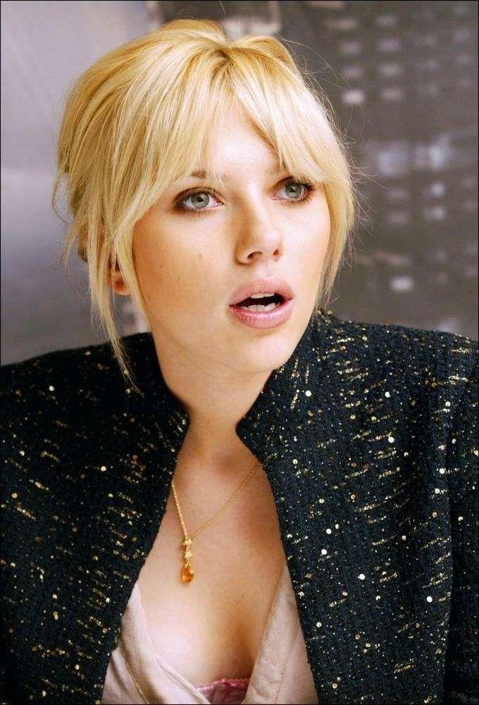 Acconciature capelli con frangia , Scarlett Johansson beauty look