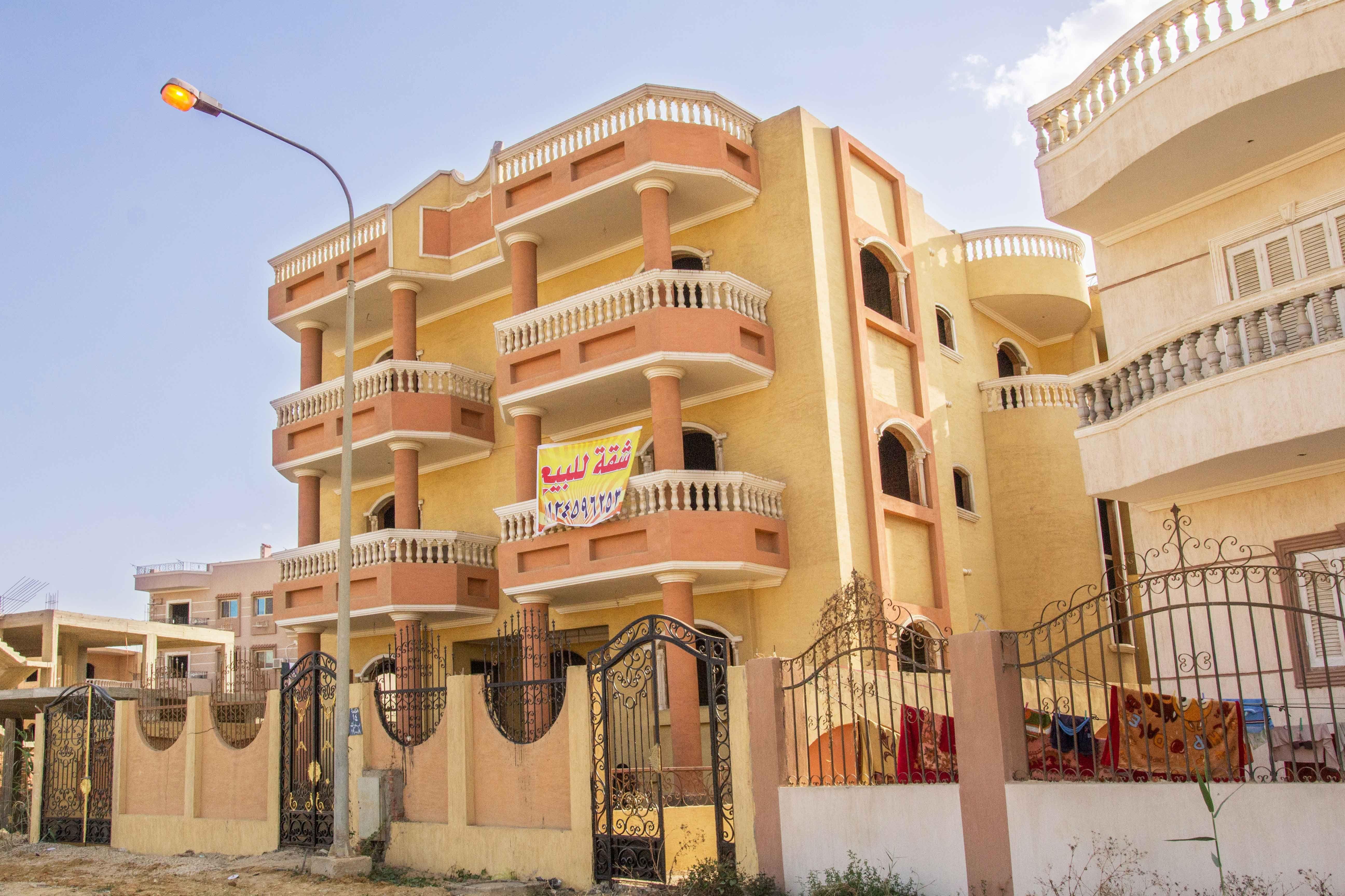 شقق للبيع في مدينة العبور شقة للبيع بجمعية احمد عرابى 220 م Apartments For Sale House Styles Mansions