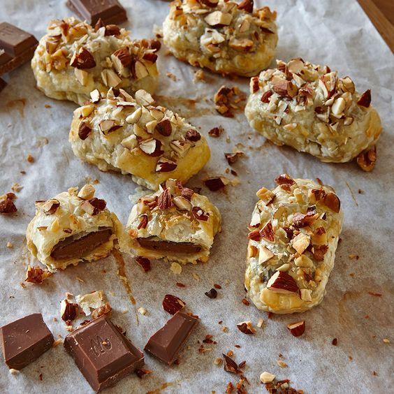 Smördegsinbakad mjölkchoklad med nötter och kokos är enkelt och fantastiskt gott.