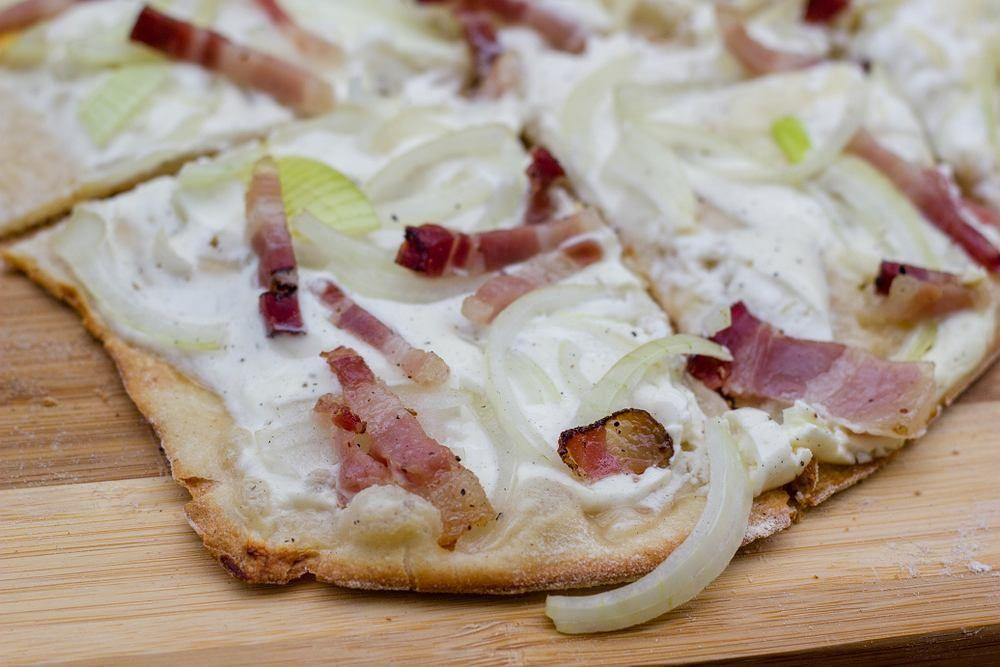 Flammkuchen Tarta Flambee To Specjal Z Pogranicza Francusko Niemieckiego Jesli Jeszcze Nie Znacie Tego Przepysznego Wypieku Bez Wa Food Hawaiian Pizza Pizza