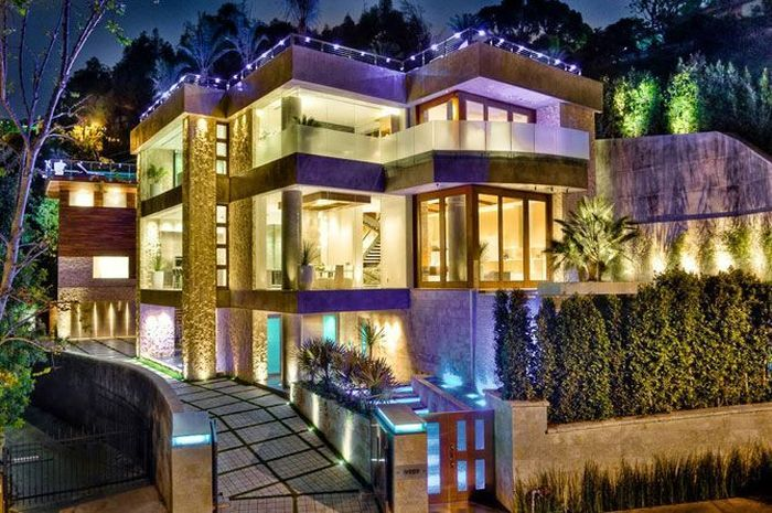 3 story mansion. maybe something like this for my dream house ...