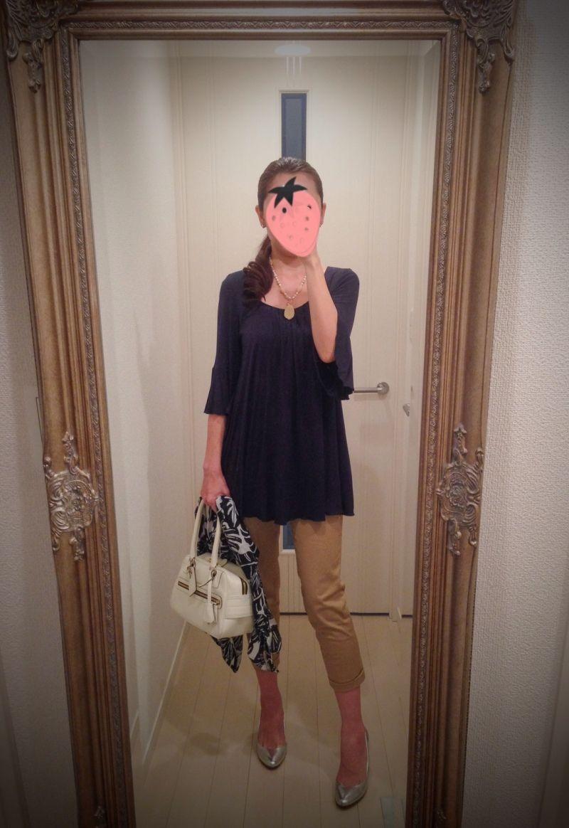 Navy blue shirt, beige skinny pants, silver shoes, white bag - http://ameblo.jp/nyprtkifml