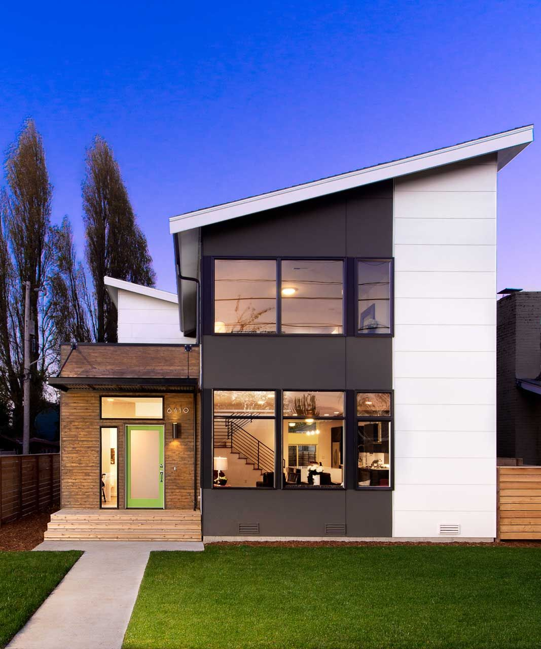 A seattle home steps away from the water roof deck for Seattle modern house