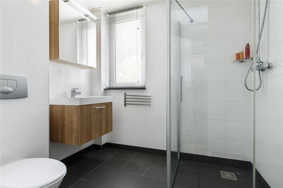 Tijdloze badkamer voorzien van badkamermeubel spiegelkast
