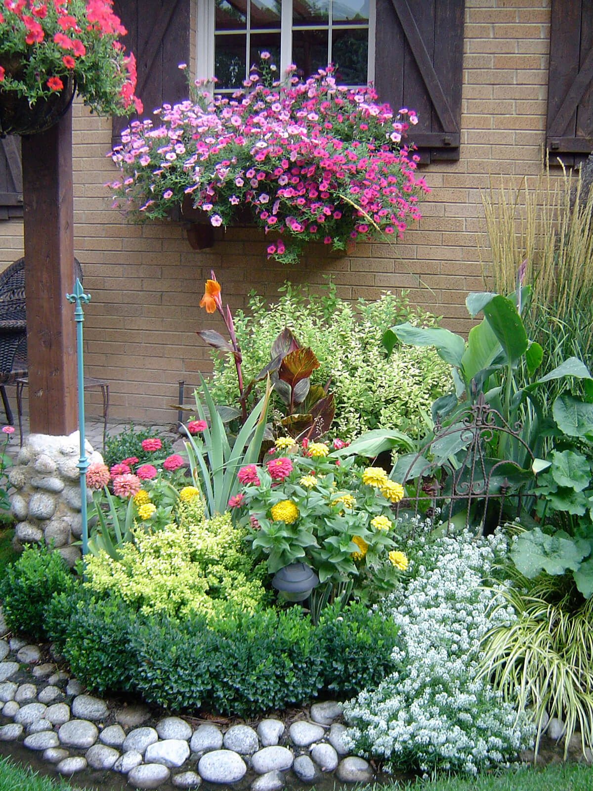 27 gorgeous and creative flower bed ideas to try for Rock garden bed ideas