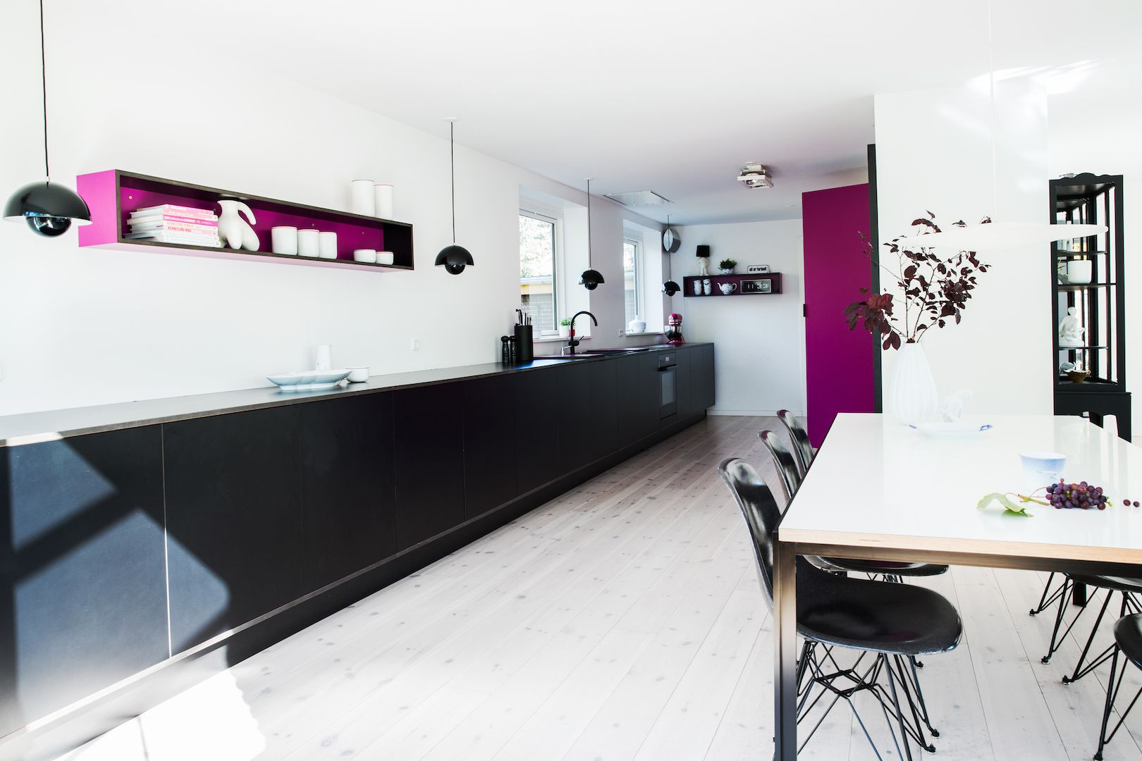 9 meter køkken - sort og pink laminat #RUM4 interior design snedkeri ideas ideer architecture arkitektur indretning bolig boligindretning køkken køkkeninspiration køkkenprojekt wood woodwork interiordesign  transformation renovering ombygning