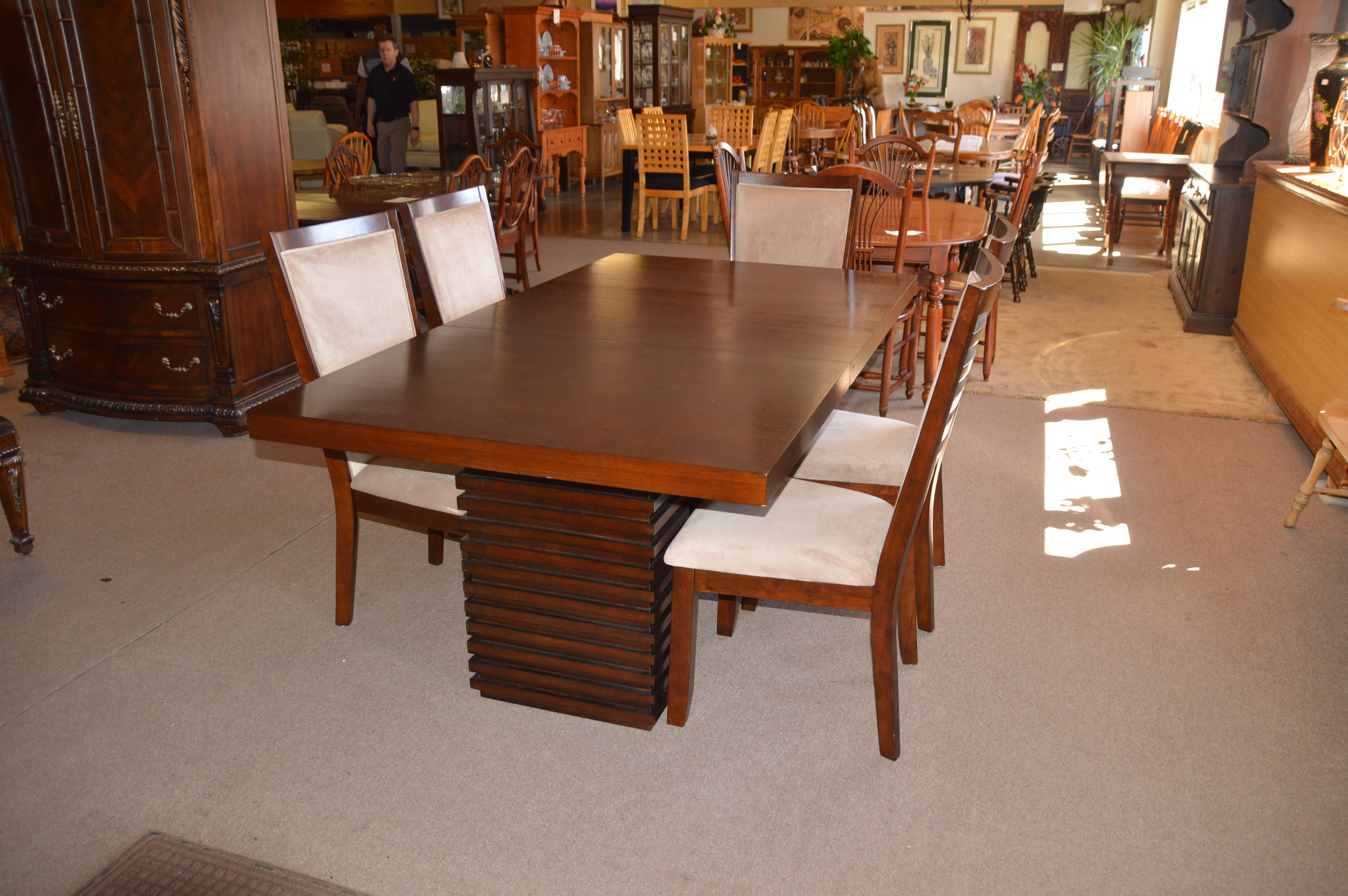 Beautiful Table Leaf and 6 Chairs one not pictured to show base of
