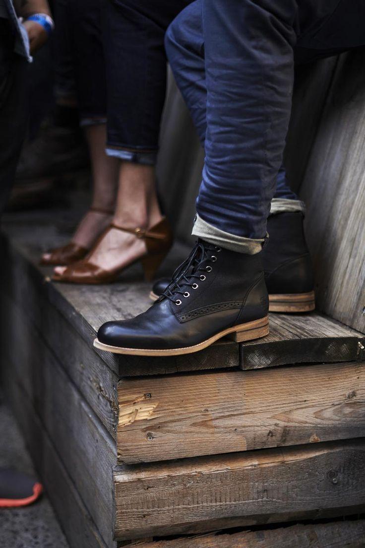 78c254d76 Bota preta com solado de madeira.