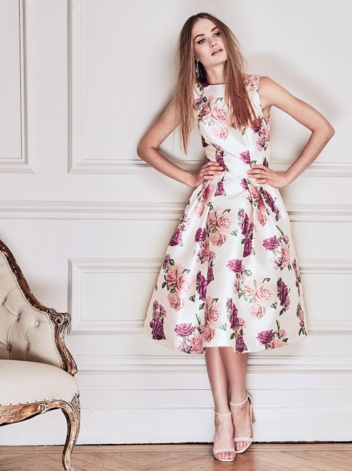 Robe blanche avec fleur rose