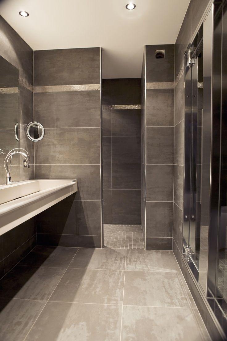 Une salle d 39 eau de caract re avec ce look minimaliste brut - Sechoir salle de bain mural ...