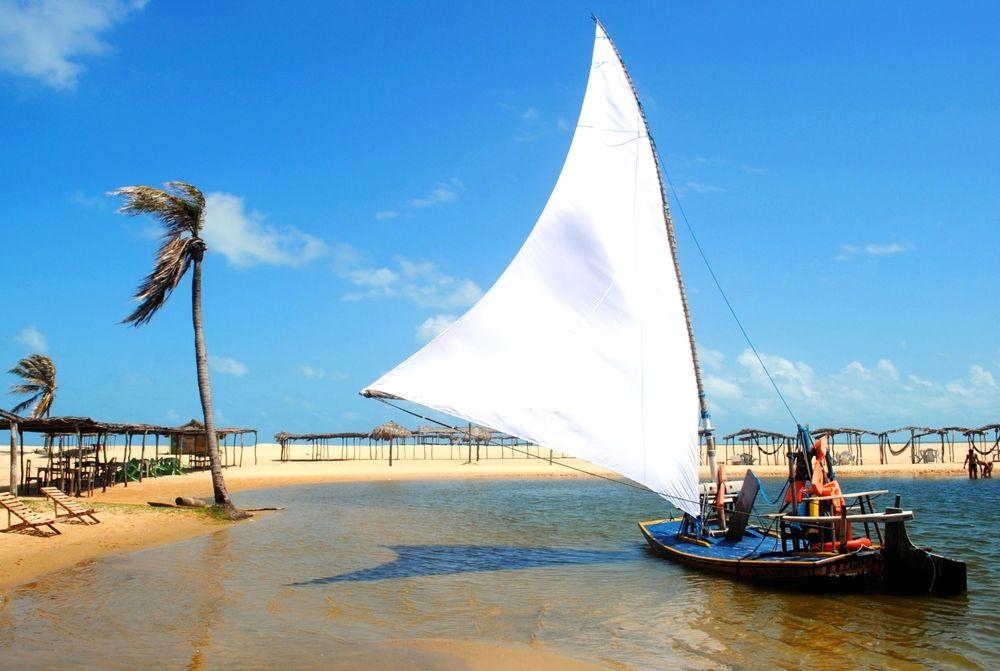 Fortaleza é uma das cidades mais belas e agitadas do nordeste brasileiro. Em seus mais de 280 anos de história, é a quinta maior cidade do país e um dos destinos brasileiros mais procurados. A capital do Ceará é famosa pelo clima de verão o ano todo, pelas belas praias, agenda cultural diversificada, rico artesanato e pela culinária saborosa.