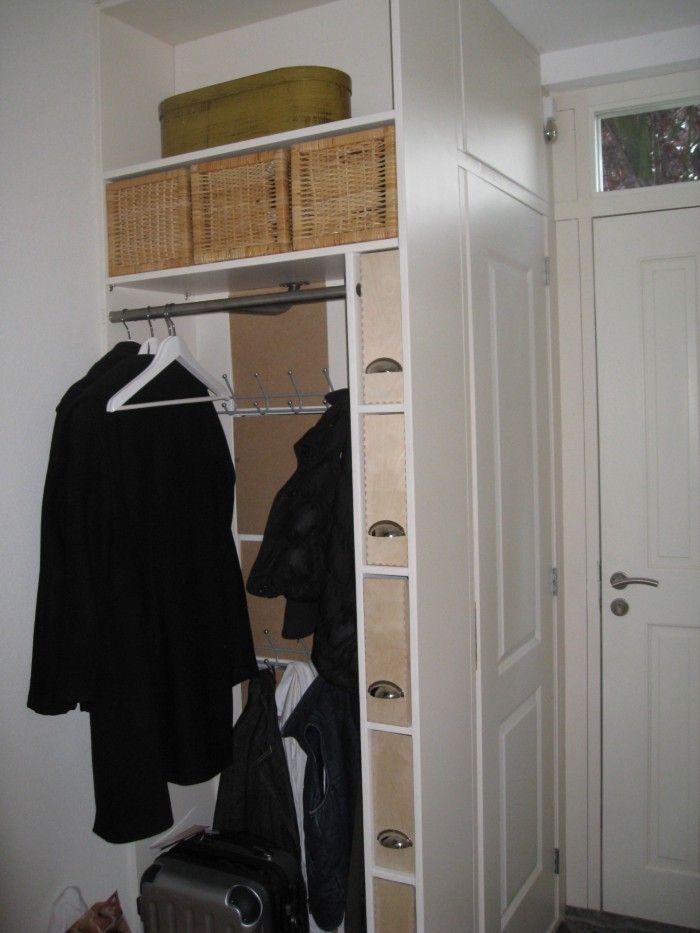 Praktische oplossingen voor in de gang idee voor indeling extra opbergruimte bij de kapstok - Idee kast onder helling ...