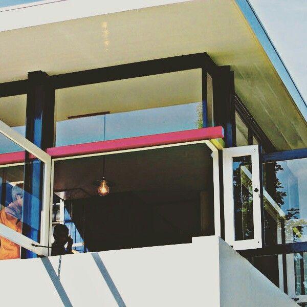 Los factores neoplásticos no poseen ningún factor pasivo. Han superado la abertura (en la pared). La ventana con su abertura desempeña un papel activo en oposición al cerramiento de la superficie de los muros. En ninguna parte aparece una abertura o un vano en primer plano, todo está rigurosamente determinado por contraste. Compárense las diversas contraconstrucciones en las cuales los elementos de que consta la arquitectura (superficie, línea y masa) se hallan libremente situados en una…