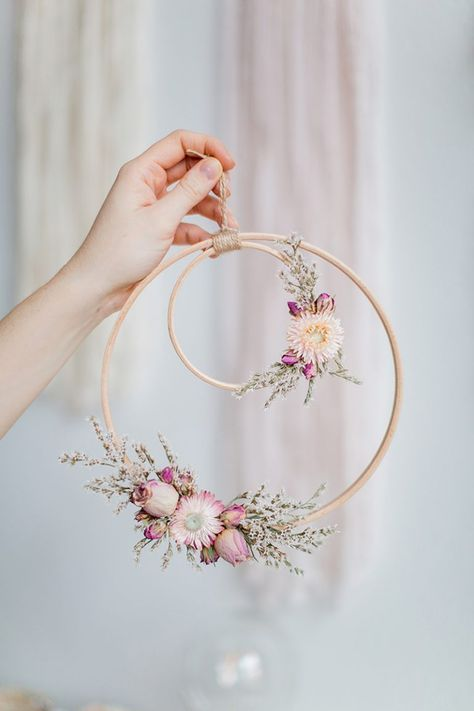Beautiful Wall piece DIY from an embroidery hoop with dried flowers. #embrodery