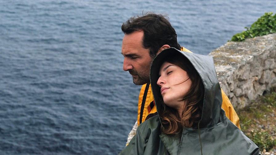 Plonger Review Melanie Laurent Dives Deep In Her Latest French Film Melanie Laurent French Films Melanie