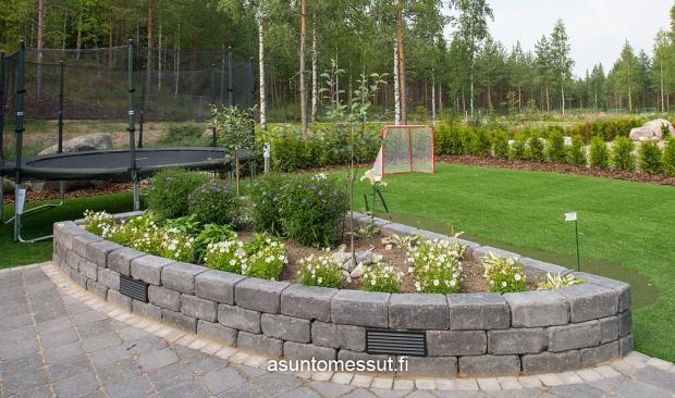 Käpylä 163 - Piha-aluetta | Asuntomessut- jos mahdollista niin ei nöitä perinteisiä kivialtaita vaan sama ajatus eri materiaali.