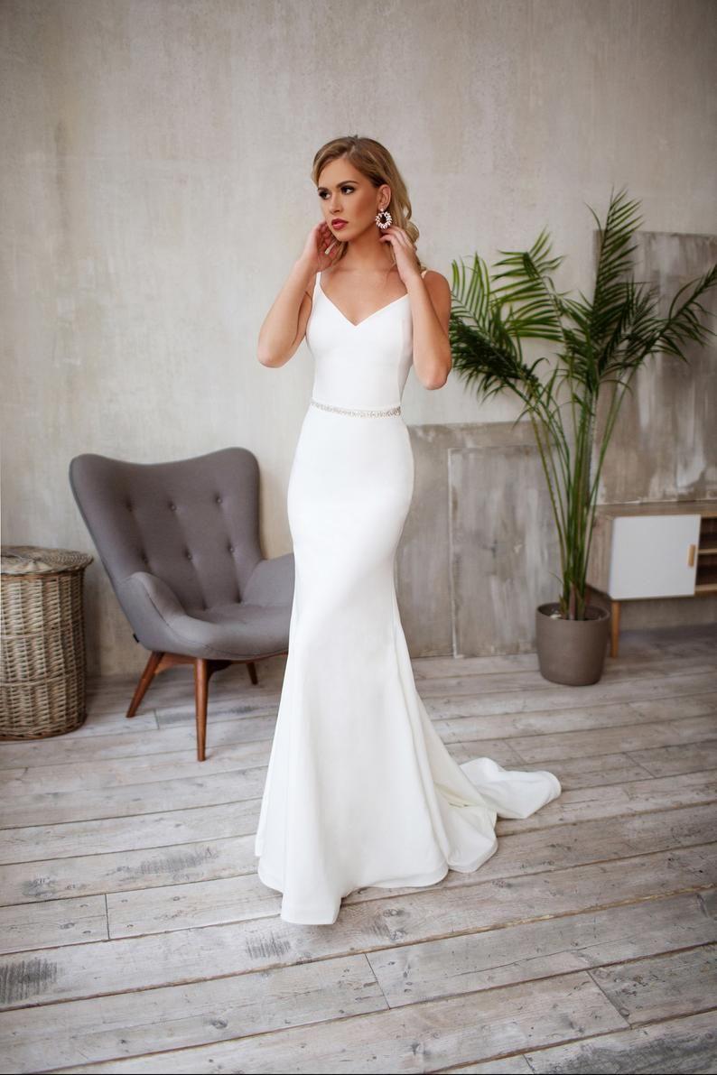 Strakke Bruiloft Jurk Crepe Slanke Silhouet Minimalistische Etsy Tight Wedding Dress Bridal Dresses Wedding Dress Long Sleeve [ 1191 x 794 Pixel ]