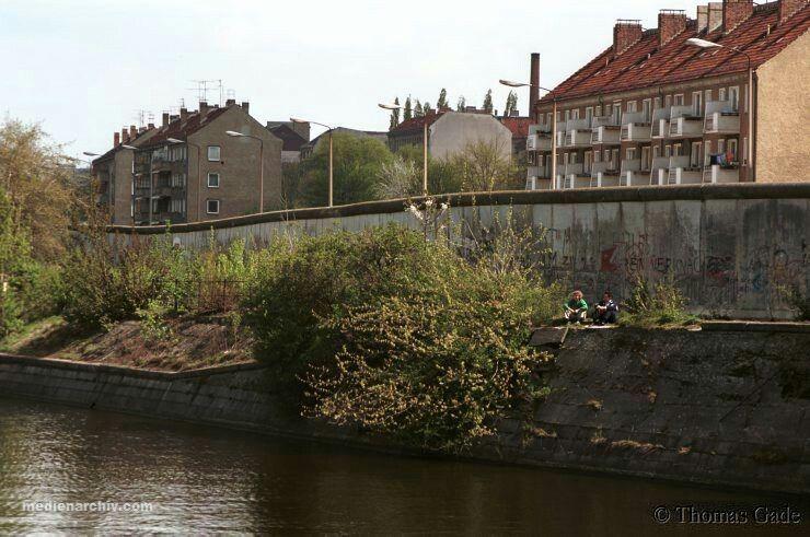 Landwehrkanal House Behind The Wall Are In Treptow Berlin East Berliner Mauer Berlin Gorlitz