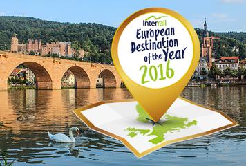Photo d'un cygne à la surface d'une rivière, près d'un pont à Heidelberg, avec le logo du Prix de la destination de l'année Interrail 2016