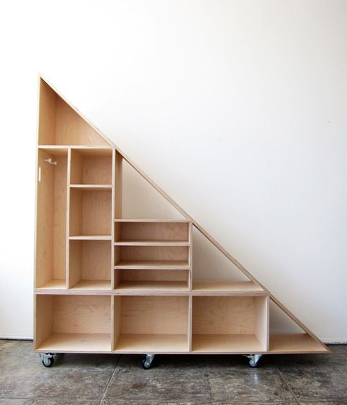 triangle compartment shelf diy shelving libraries pinterest escalera laboratorios y bajos. Black Bedroom Furniture Sets. Home Design Ideas