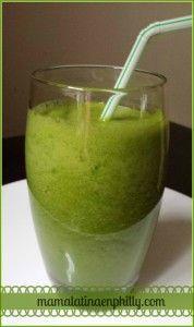 Jugo verde de pepinillo, piña y hojas de col