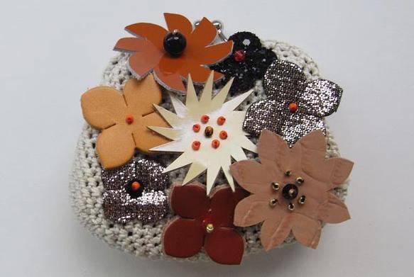 秋色のお花のモチーフの装飾をつけたがまぐちです。 ベージュや、ゴールド箔の花型モチーフをつけました。 花には、ビーズでおしべめしべを刺繍SIZEガマサイズ:w...|ハンドメイド、手作り、手仕事品の通販・販売・購入ならCreema。