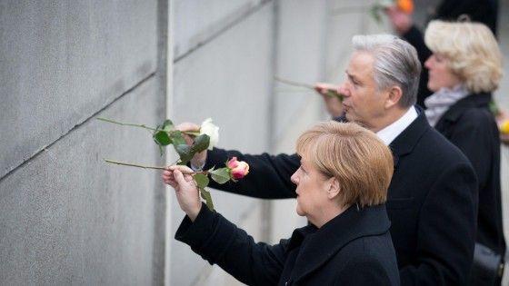 La cancelliera nel luogo simbolo della divisione durante la guerra fredda: in Bernauer Strasse ha deposto una rosa, omaggio alle persone morte nel tentativo di