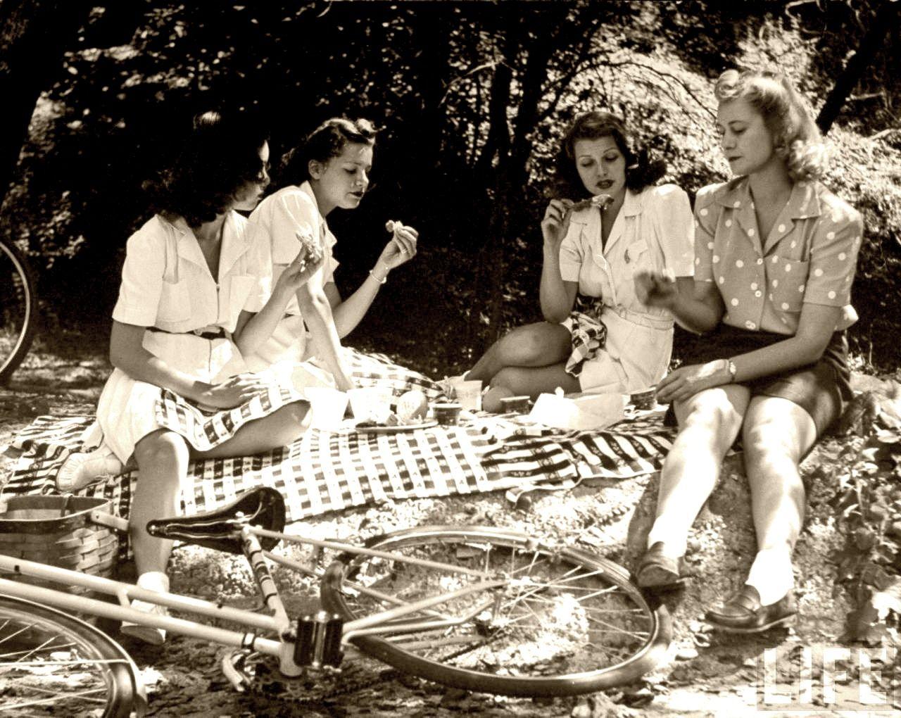 Retro picnic | Rita hayworth, Vintage picnic, Picnic in the park