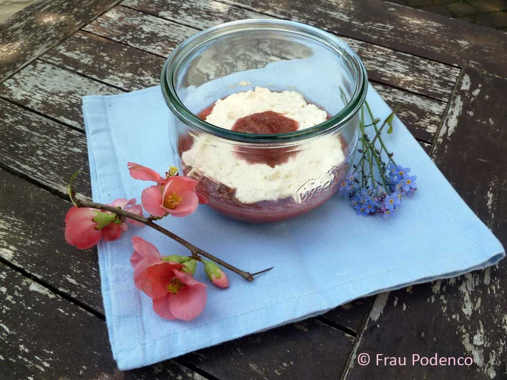 Rhabarberkompott mit Vanillesahne, ein schnell zubereitetes Dessert, das immer schmeckt. Das Rezept ist schnell und einfach.Ich liebe Rhabarberkompott.